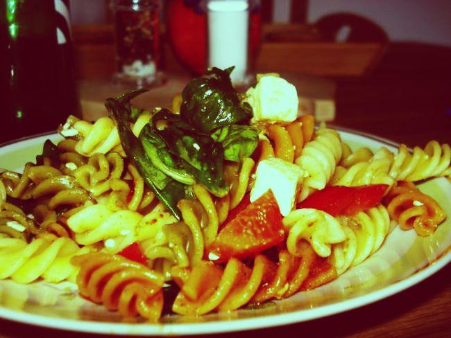Dreifarbiger Salat: Nudeln mit Fetakäse und Rucola