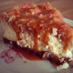Bratapfel-Cheesecake mit Karamellsoße