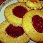 Weihnachtsplätzchen mit fruchtiger Füllung aus Mandeln