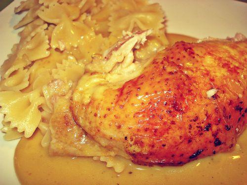 Safran-Zitronen-Huhn mit fruchtiger Soße und Farfalle