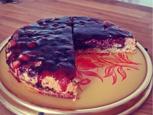 Mandelkuchen mit Schokolade und Kirschen