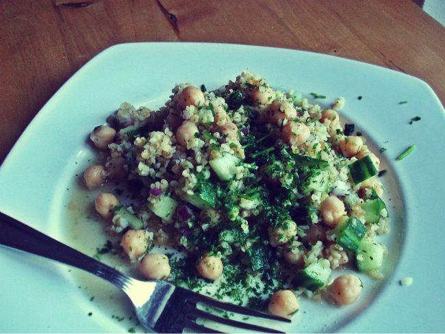 Bulgur-Salat mit Kichererbsen, Gurke und erfrischendem Zitronendressing