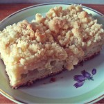 Rhabarberkuchen: Gefüllt mit Vanillepudding und bedeckt mit Streuseln