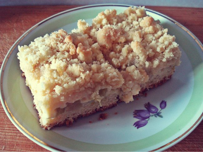 Rhabarberkuchen aus Quark-Öl-Teig mit Streuseln und Pudding