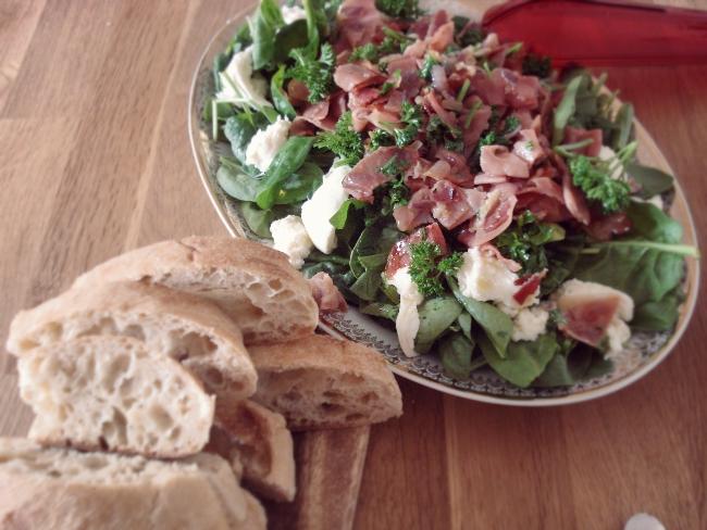 Salat mit Spinat, Schinken und Mozzarella