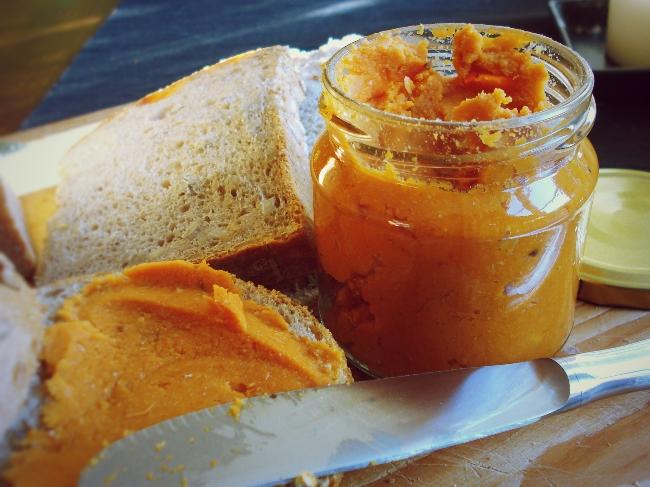 Hausgemachter Brotaufstrich aus Kichererbsen und Tomaten