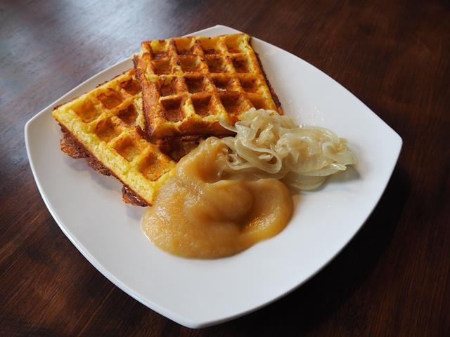 Kartoffelwaffeln mit Apfelmark und Zwiebelringen