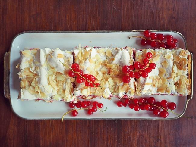 Ein Blechkuchen mit Johannisbeeren und Baiser
