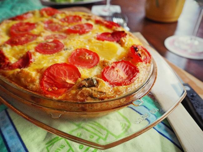 Spanische Tortilla mit Tomaten, Salat und einem Essig-Öl-Dressing
