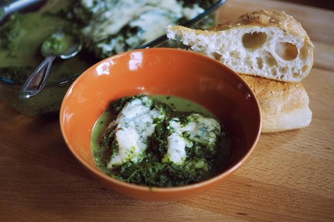 Spinat und Gorgonzola aus dem Backofen, auf den Tisch