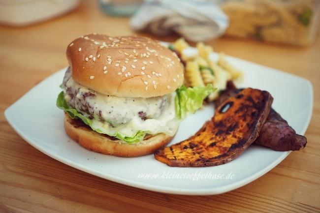blue-cheese-burger-gegrillte-suesskartoffeln