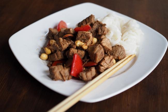 Stir-fry: Schweinefleisch aus dem Wok mit Cashews und Ingwer