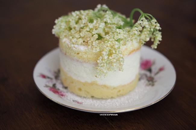 Holunderblütentörtchen: luftige Creme zwischen leichtem Biskuit