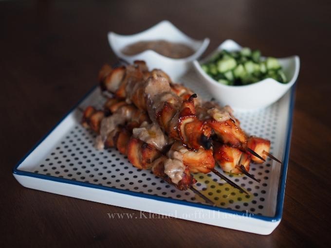 Hähnchen-Satay-Spieße mit Erdnusssoße und Salatgurke