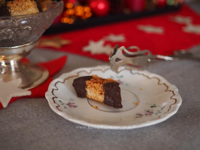 Nussecken auf einem weihnachtlich gedeckten Tisch