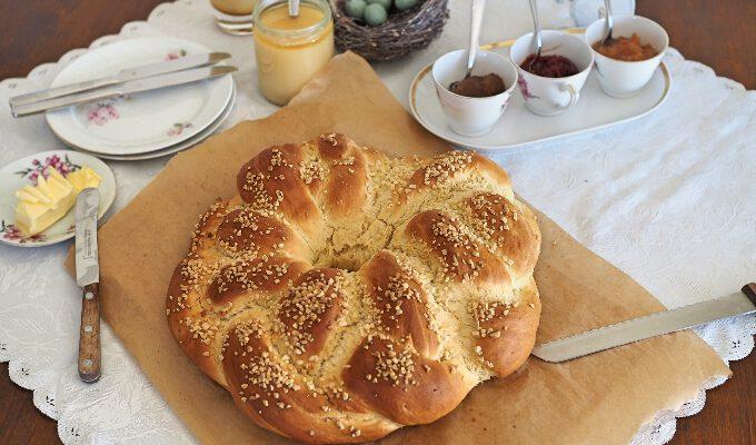 Einen fluffigen Osterkranz backen: Eine Anleitung